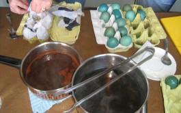 Vorbereitung von alten Töpfen, Essig, Wasser, Kaffeesatz, Brennesseln, Löwenzahn, Randen, Zwiebelschalen etc