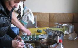 ...Start zum Färben von 150 Eiern