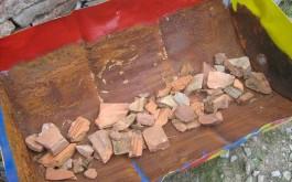 ...als Drainage verwende gebrochene Ziegelsteine...