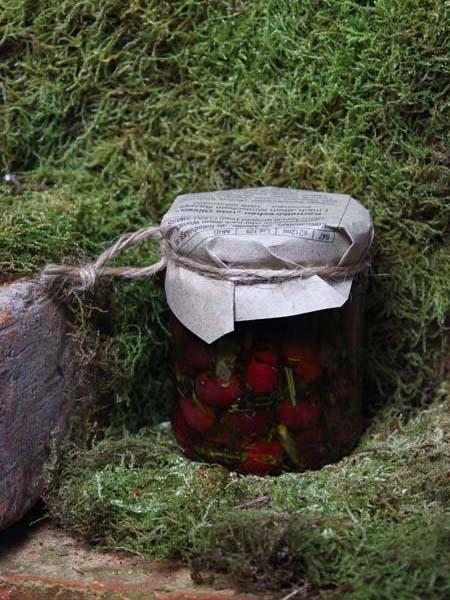 Kornelkirschen als rote Oliven im Glas