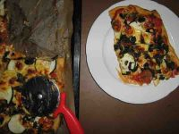 Pizza mit Brennessel fertige Pizza Ecke