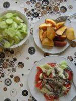 kalter Fisch auf Rohkost-Salat