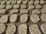 geschnittene Keks Rohlinge auf Backpapier vor dem Backen