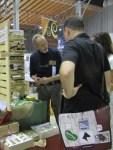 Kunden in Wien interessieren sich fuer die schwarze Schuhcreme