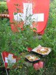 neben Schweizer Fahne Kaffee trinken u essen im Garten