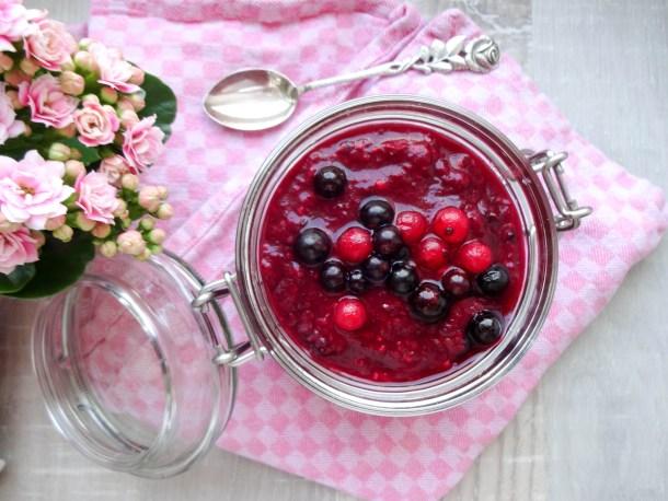 Rote Grütze mit Chia Samen, Rhabarber und Vanille-Mandelmilch