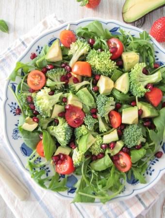 Avocado Brokkoli Salat mit Erdbeer-Minze-Dressing