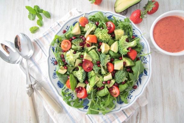Avocado Broccoli Salat mit Erdbeer-Minze-Dressing