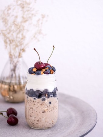 Blaubeer-Birchermüsli-Parfait mit Kokosjoghurt