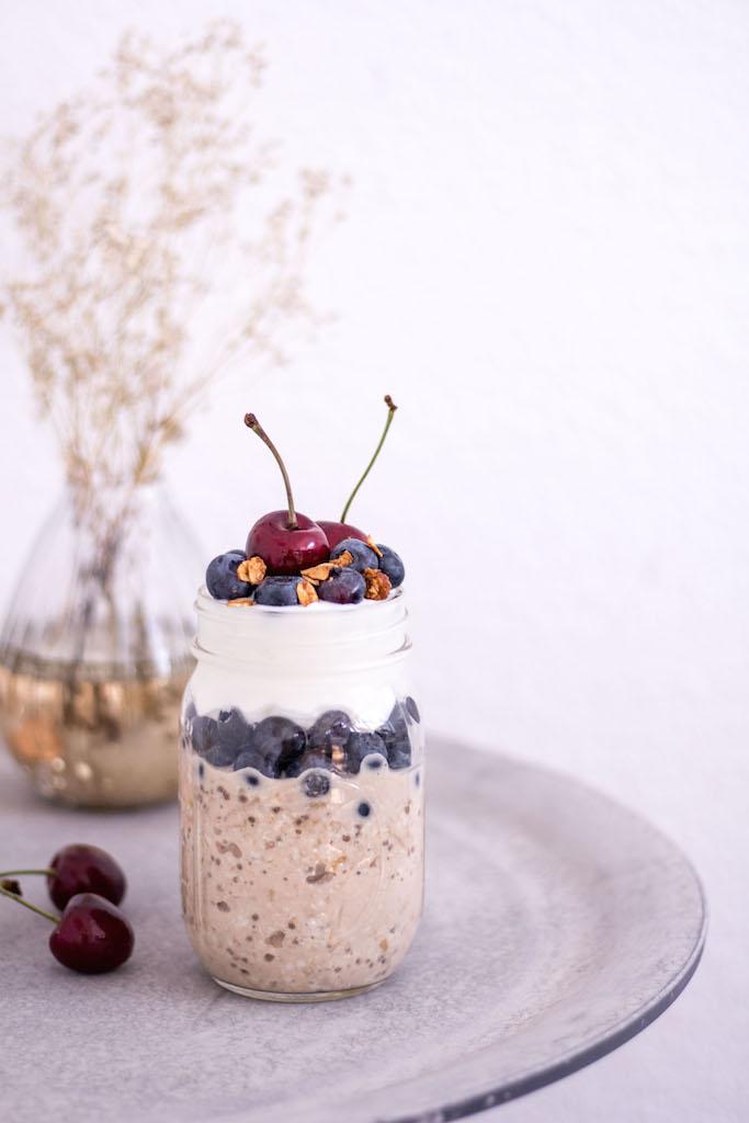 Blaubeer-Birchermüsli-Parfait mit Kokosjoghurt - vegetarisch, rein pflanzlich, vegan, ohne raffinierten Zucker, glutenfrei - de.heavenlynnhealthy.com