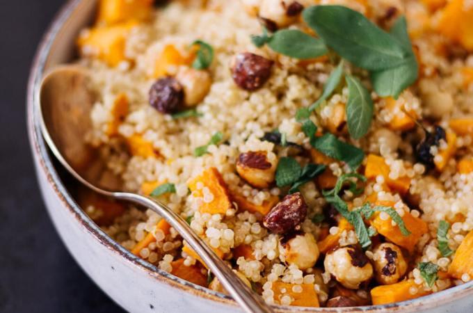 Süßkartoffel-Quinoa mit karamellisierten Haselnüssen - rein pflanzlich, vegan, glutenfrei, ohne raffinierten Zucker - de.heavenlynnhealthy.com