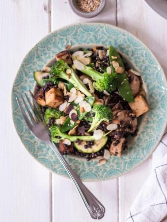Asiatischer Beluga-Linsen-Salat mit Mandel-Räuchertofu
