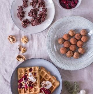 3 gesunde Ideen fürs Adventskaffeetrinken - Chai-Waffeln, weihnachtliche Energy-Balls & Choco-Crossies - rein pflanzlich, vegan, glutenfrei, ohne raffinierten Zucker - de.heavenlynnhealthy.com
