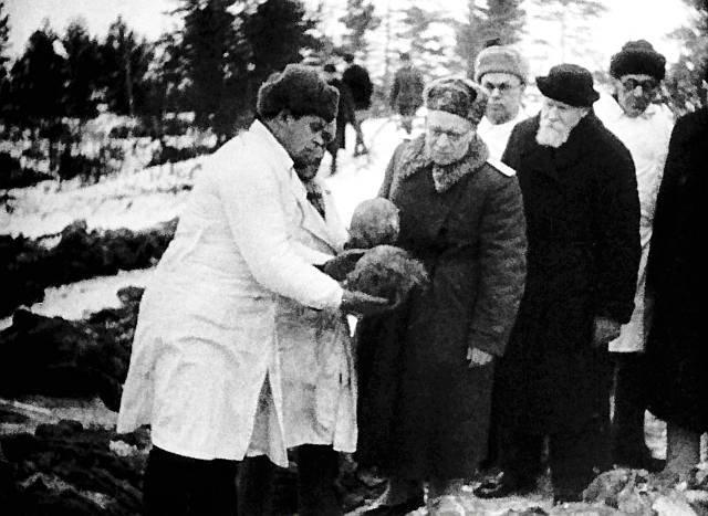 Datei:Burdenko (Mitte mit Brille) in Katyn.jpg