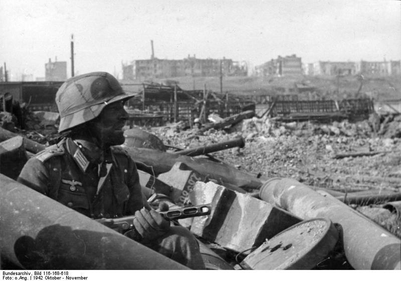 Datei:Bundesarchiv Bild 116-168-618, Russland, Kampf um Stalingrad, Soldat mit MPi.jpg