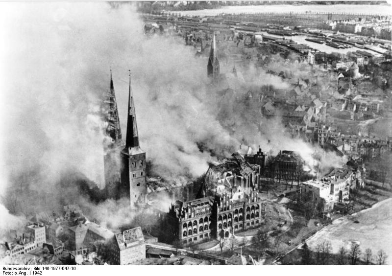 Datei:Bundesarchiv Bild 146-1977-047-16, Lübeck, brennender Dom nach Luftangriff.jpg