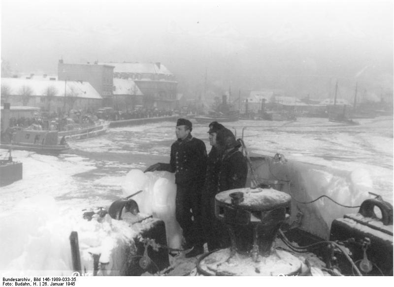 Datei:Bundesarchiv Bild 146-1989-033-35, Pillau, Hafen, Marinesoldaten, Flüchtlinge.jpg