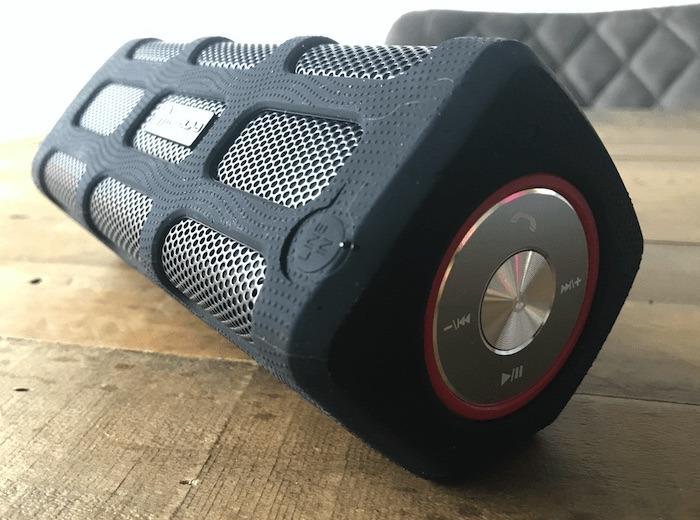 Die physischen Tasten des Treblab Bluetooth-Lautsprechers.
