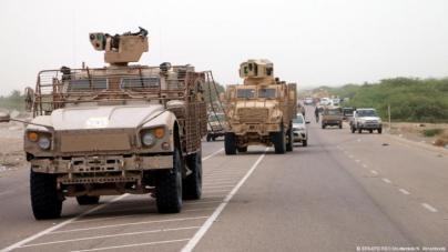 Ein Oshkosh mit Fewas-Waffenstation in der Nähe der jemenitischen Hafenstadt Hodeida (vorne im Bild). Foto: epa/efe /Rex