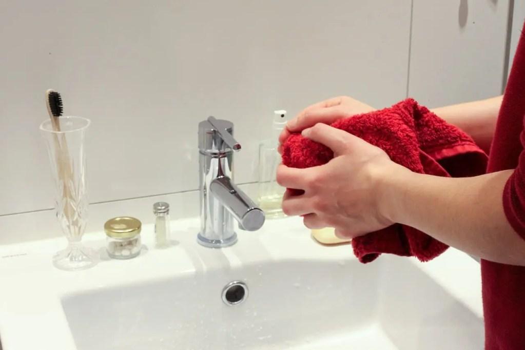 droge handen van het wassen
