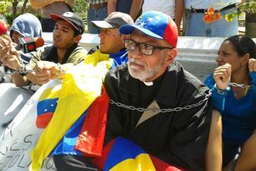¡POLÉMICO! Padre Palmar: Si no tienes papel tualé, límpiate con el carnet de la patria (+Tuits incendiarios)