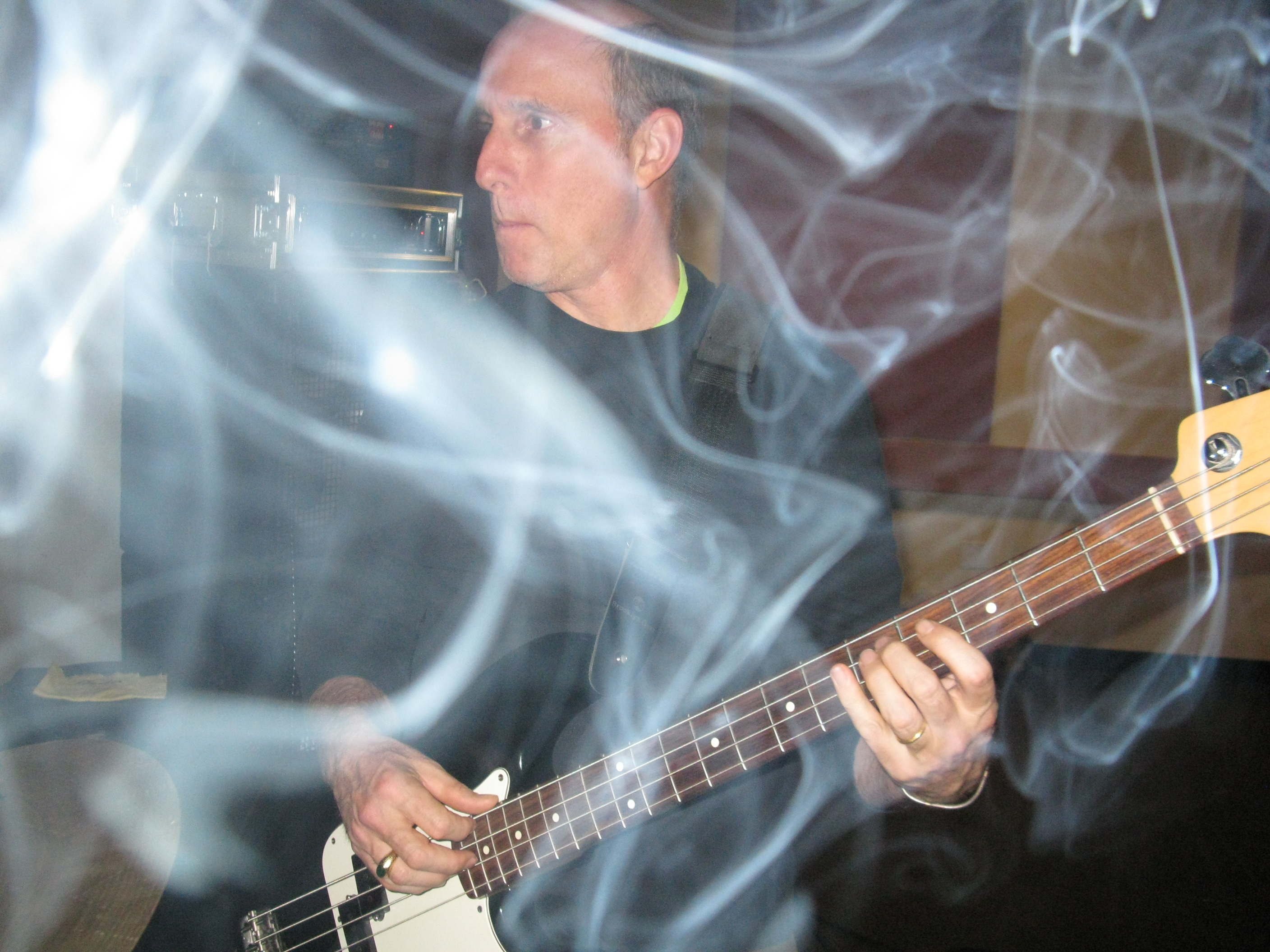 Bijll is a smoking bassist
