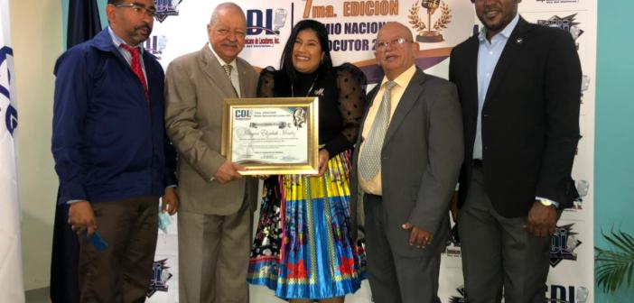 Reconocen a Milagros Méndez como locutora destacada