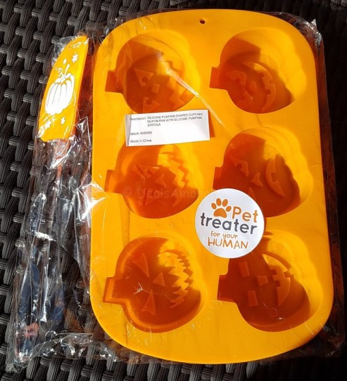 pumpkin-silicone-mold-and-spatula-pet-treater-october-2016