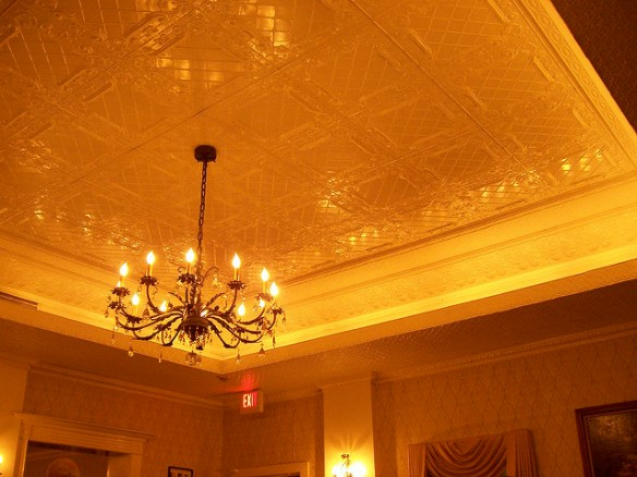 2007 photo of chandelier and ceiling by Jessica Watkins on Flickr