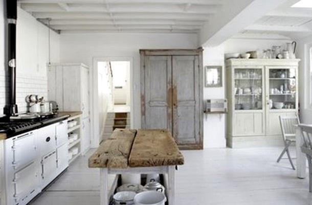 Una moderna cucina total white con un tocco di rustico