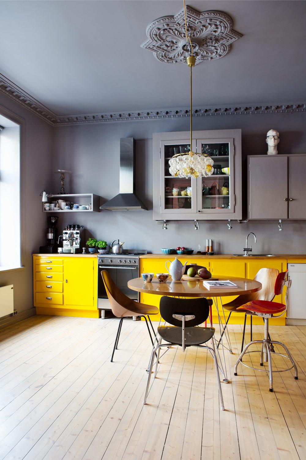 Giallo, grigio e modernariato sono gli ingredienti per una cucina ...