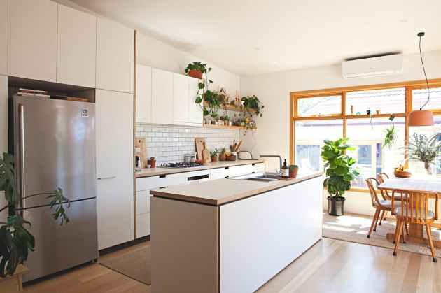 Un unico spazio cucina-sala da pranzo in cui il legno è protagonista