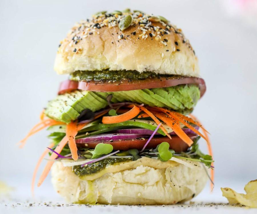 υγιεινό σάντουιτς λαχανικών με χούμους