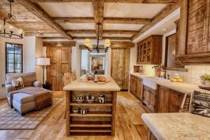 Rustikale Küche bietet ein stilvolles Ambiente   25 ...