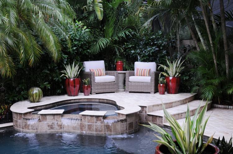 Pflanzen in Töpfen und Kübeln verschönern die Terrasse