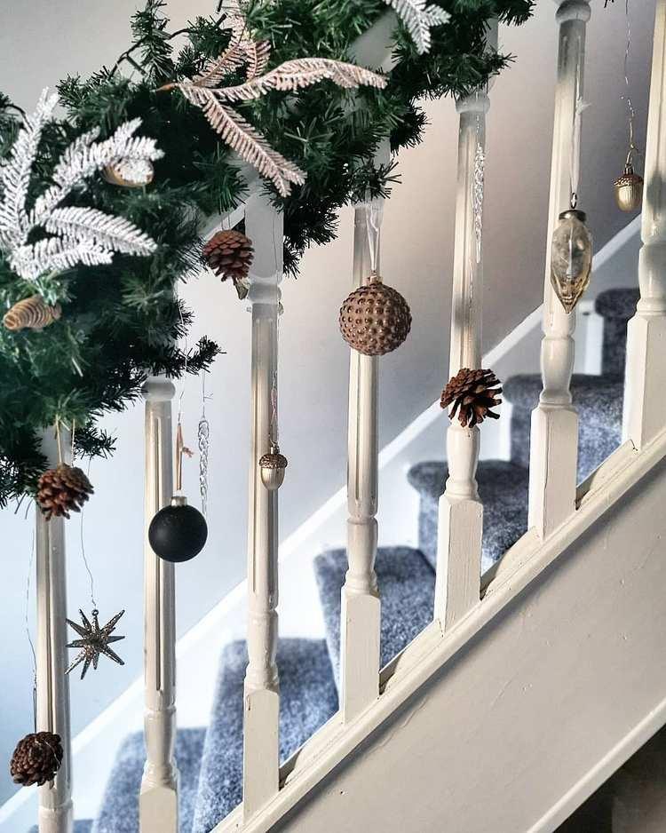 Christbaumschmuck am Treppengeländer hängen lassen