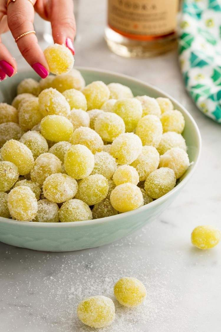 Preparing Prosecco grapes Ideas and instructions for New Year's finger food