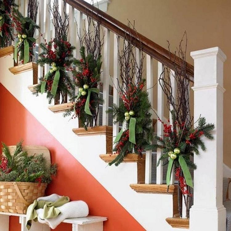 Treppengeländer weihnachtlich dekorieren mit Zweigen