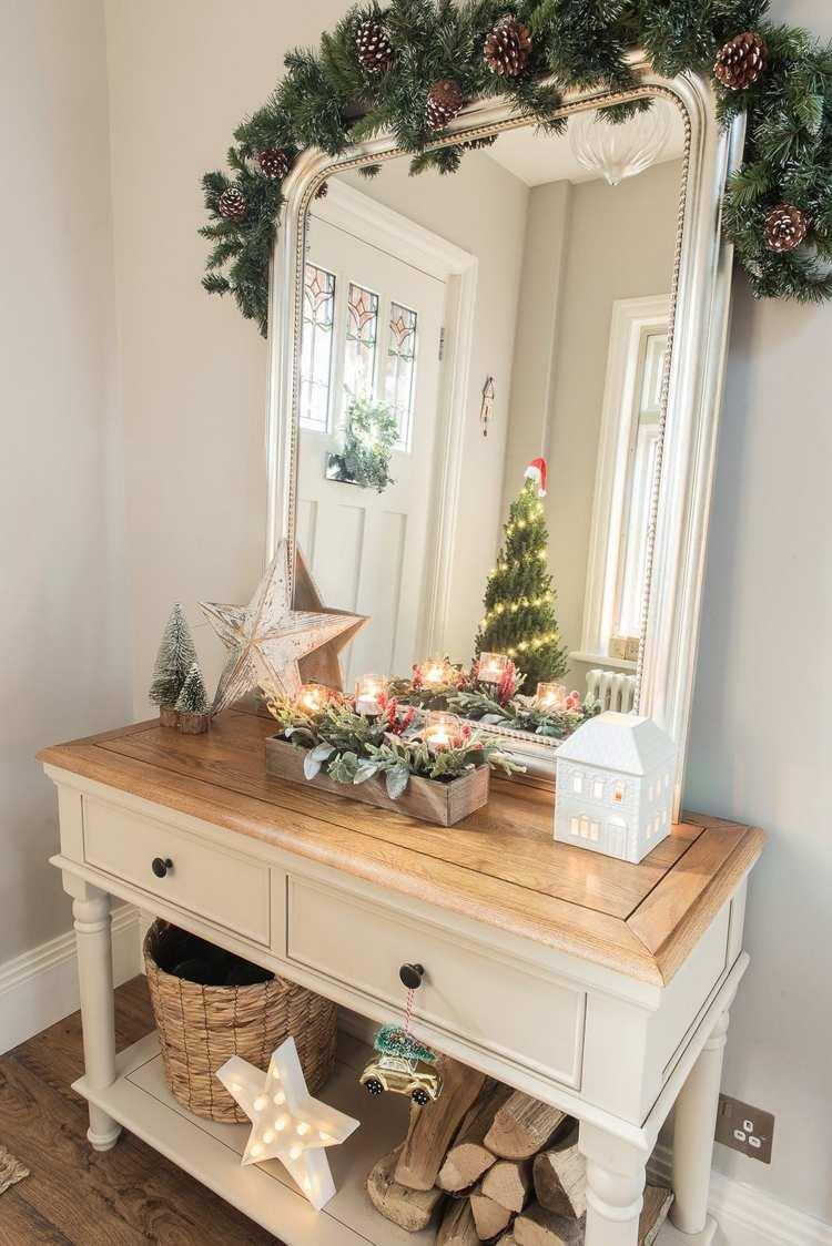 Weihnachtsdeko auf Kommode und Spiegel im Flur