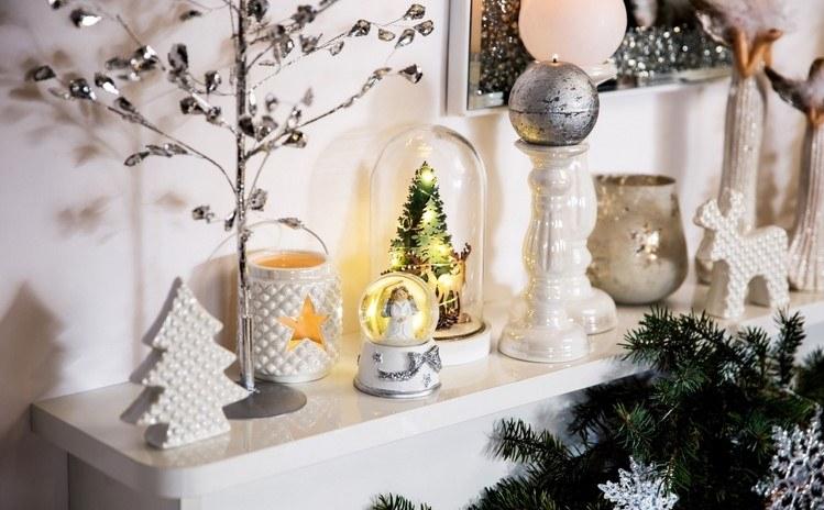 Weihnachtsdeko auf Konsolentisch im FLur in Weiß und Silber