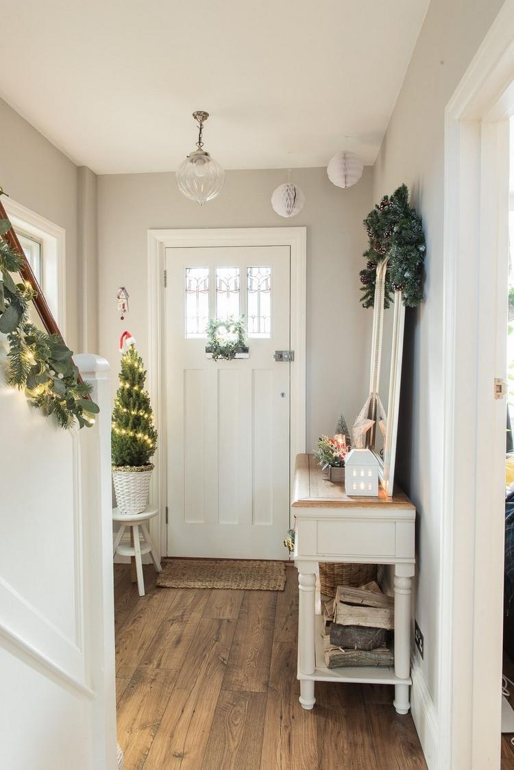 Weihnachtsdeko im Eingangsbereich mit viel Grün