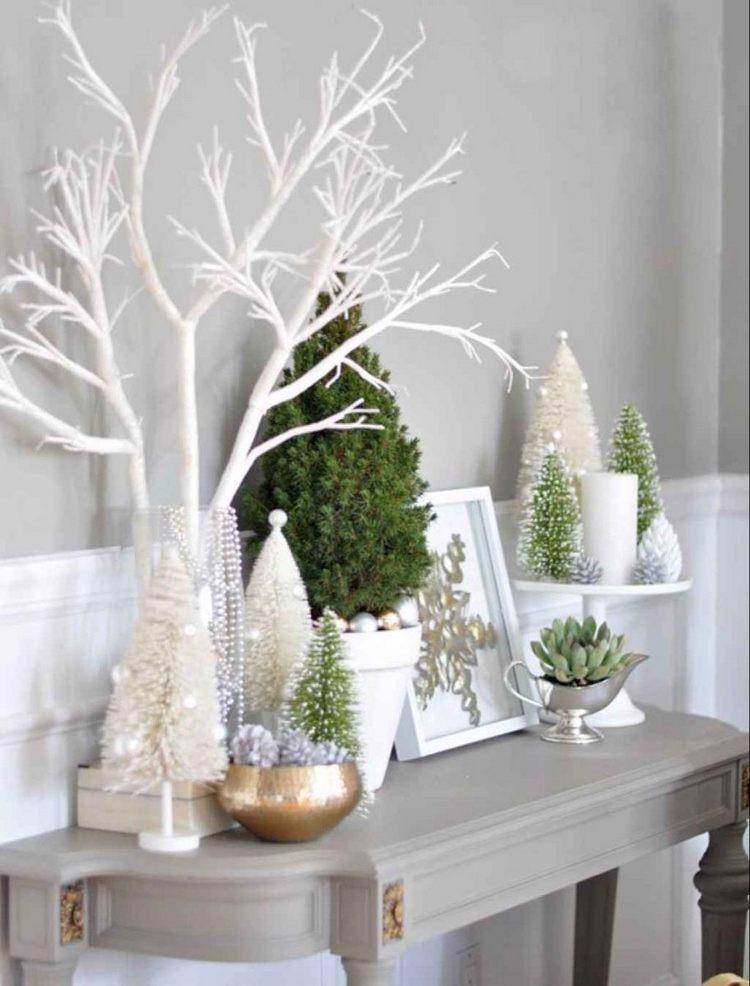 Weihnachtsdeko in Grün und Weiß auf Konsolentisch im Flur
