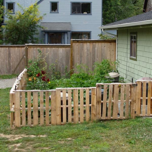 des palettes en bois dans le jardin