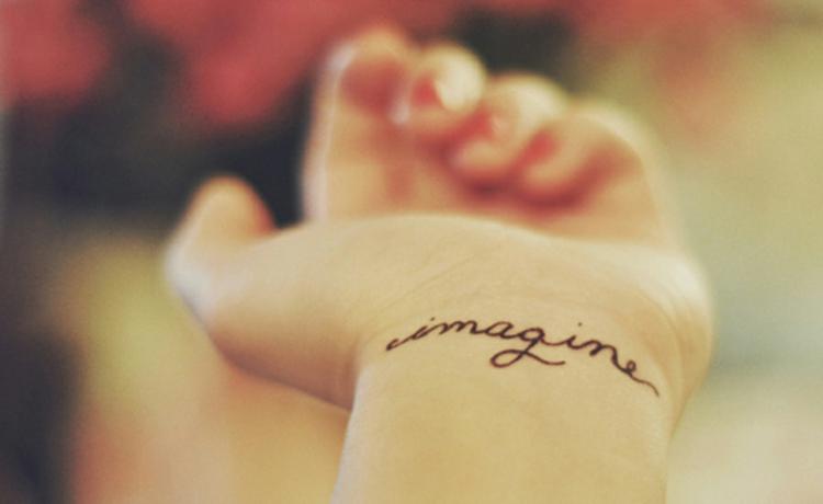 tatouage-femme-petit-message-imagine-poignet.jpg