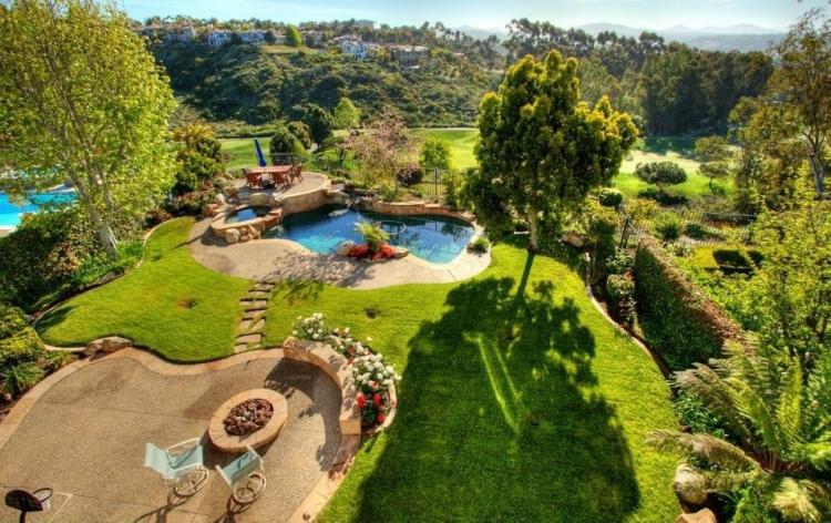 terrasse et jardin idees amenagement piscine pelouse chaises
