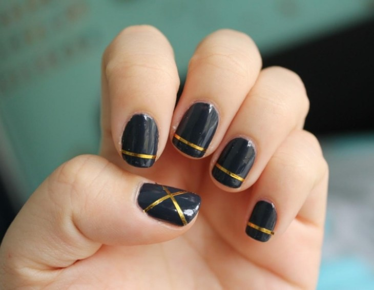 deco-ongles-bande-de-striping-tape-vernis-noir-or