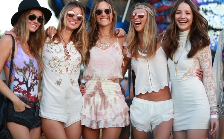 hippie chic mode-boho-chic-hippie-Coachella-2015-victorias-secret-angels-shorts-tops-blancs