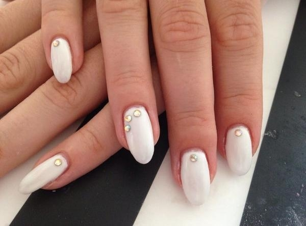 vernis-shellac-idee-deco-ongles-base-blanche-strass