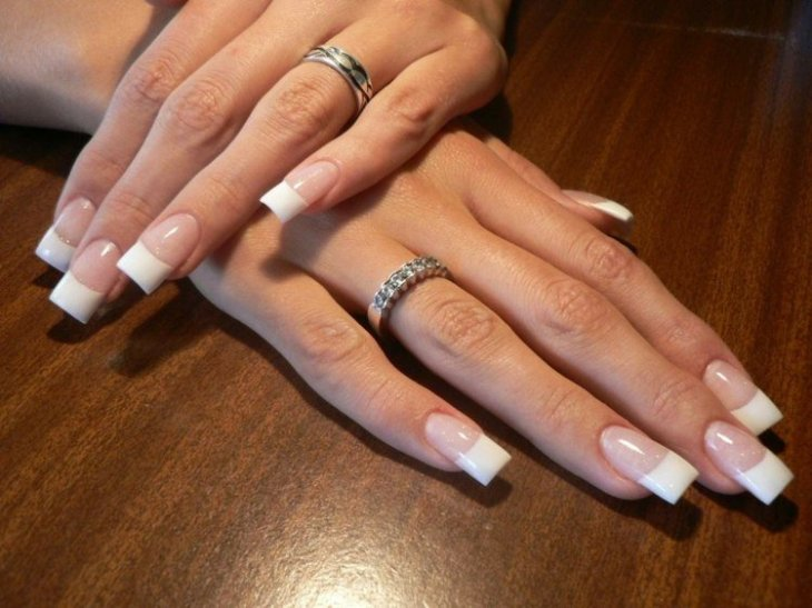 French-manucure-gel-blanc-base-transparent-anneau