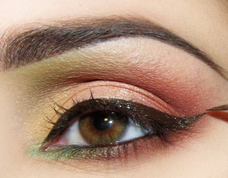 idees-maquillage-ete-eye-liner-marron-ombre-paupière-rose-pêche-jaune-vert